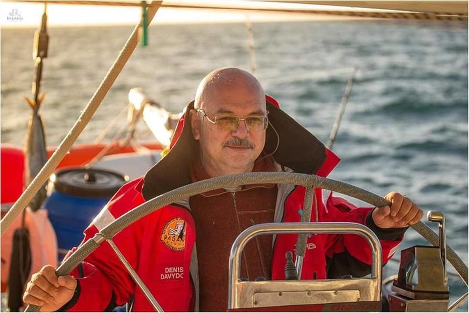 В обязанности Павла, как и всех членов экипажа, входило и управление яхтой. Фото: Денис Давыдов