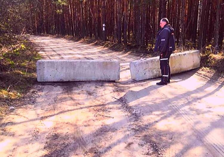 Дороги к деревням Петушинского района власти перекрывают бетонными блоками, которые местные жители регулярно растаскивают. Фото предоставлено жителями