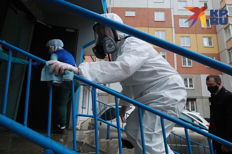 В большинстве домов москвичей активно дезинфицируют и моют лестничные клетки, лифты, протирают перила и ручки