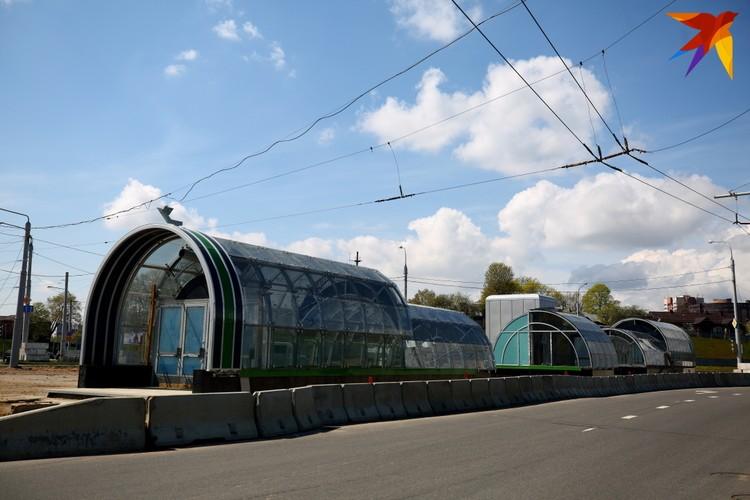Зеленые элементы отделки входов на станции любопытные могли рассмотреть уже давно.