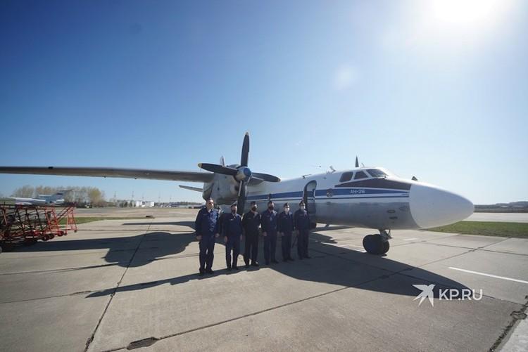 В этом году в демонстрационном пролете авиации впервые приняли участие истребители-бомбардировщики Су-34 челябинского авиаполка и экипажи ударных вертолетов Ми-24 уральской бригады армейской авиации