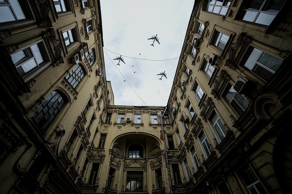 Военные самолеты над московскими дворами Фото: GLOBAL LOOK PRESS