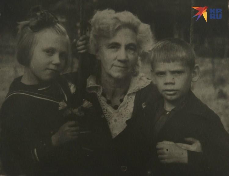 Регина с двоюродным братом и бабушкой. Фото: Из семейного архива. Пересъемка: Олег ЗОЛОТО