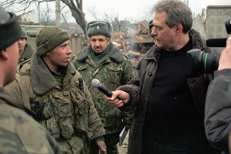 Февраль 2000 года, Сергей Доренко беседует с солдатами федеральных сил на площади Минутка в Грозном. Фото Александра Данилюшина (ИТАР-ТАСС)