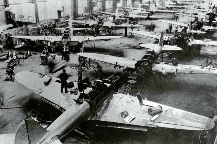Осенью 1942 года куйбышевские заводы наладили производство Ил-2 с задней кабиной стрелка вместо прежних одноместных.