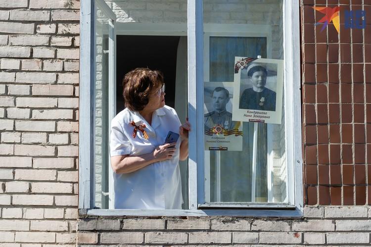 Кто-то из соседей даже установил в окне портреты своих ветеранов