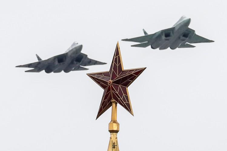 Были на параде и «новинки» - истребители пятого поколения Су-57. Фото: Григорий Дукор/ТАСС