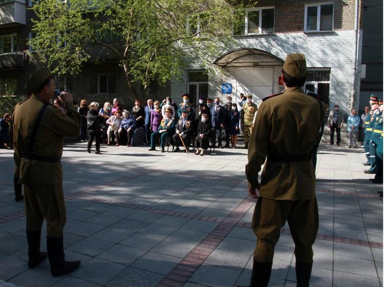 Выдерживая дистанцию военные, все-таки, смогли поздравить героев.