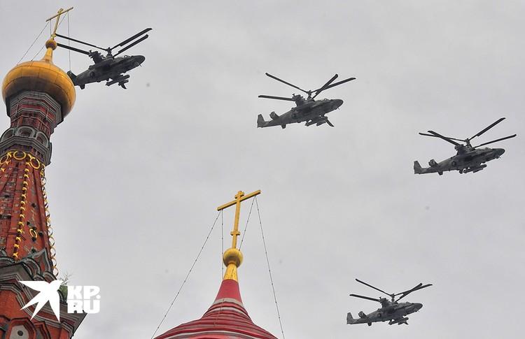 Вертолеты Ка-52 во время воздушного парада, посвященного 75-летию Победы.