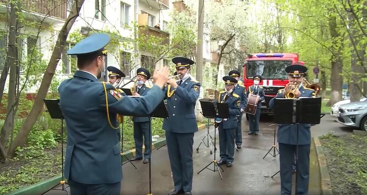 Под балконом, играл духовой оркестр. Фото: Пресс-служба МЧС России