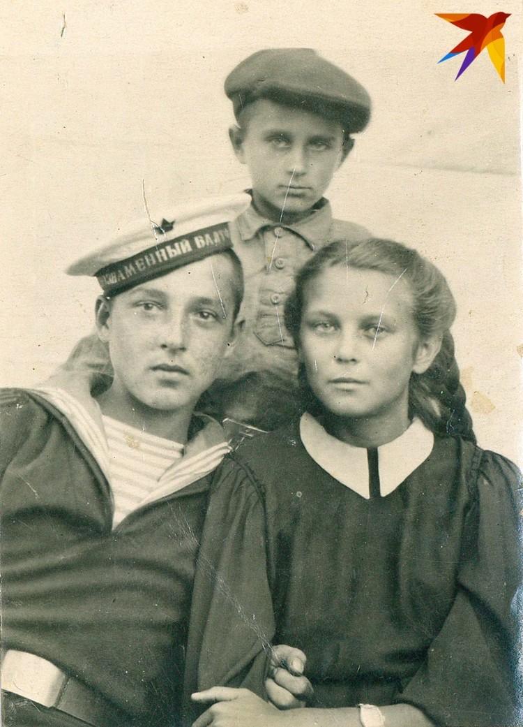 Юный Арик (сверху) с сестрой и двоюродным братом. Фото: личный архив.
