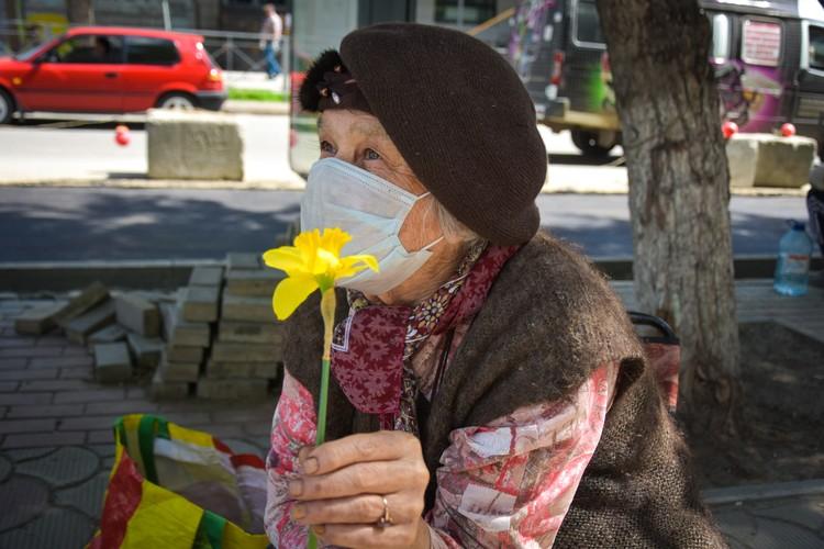 88-летняя Альбина Дмитриевна продает в центре цветы.