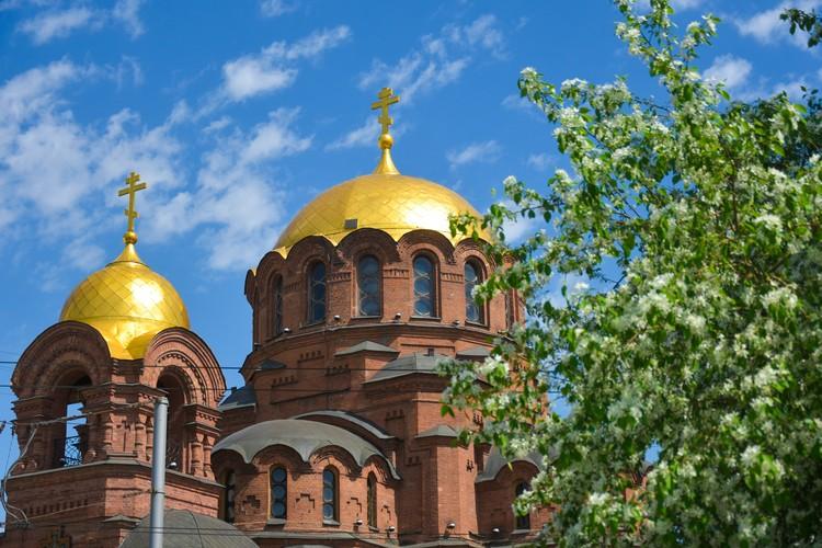Собор во имя Александра Невского — в яблоневом цвету.