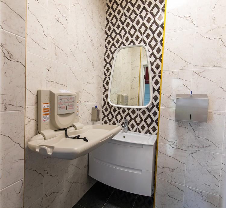 Санитарная комната с пеленальным столиком.