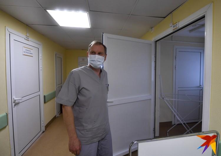"""Андрей Чупин, заведующий отделением, показывает устройство """"зеленой зоны"""". Здесь безопасно."""