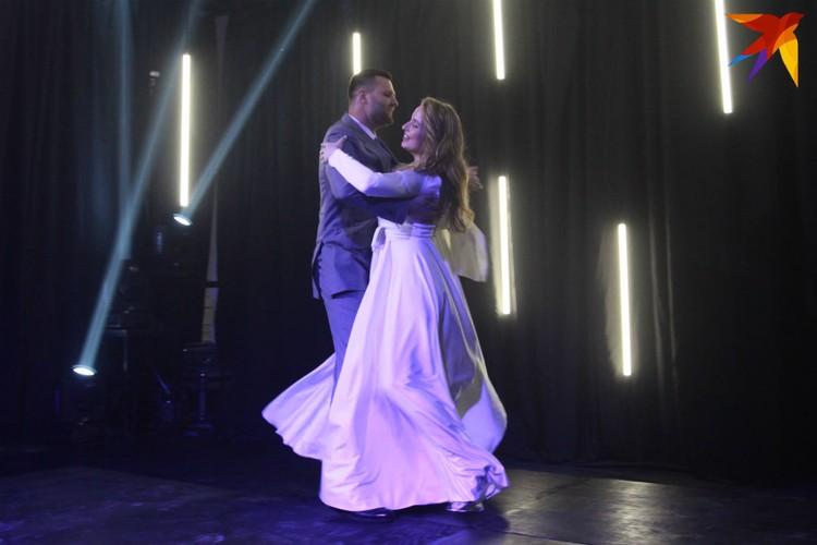Свадебный танец даже на онлайн-церемонии - обязательная часть.
