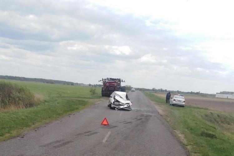 В Пинском районе произошло ДТП с комбайном. Фото: ВКонтакте «Zello «Пинск ГАИ».