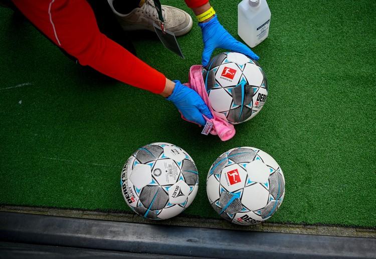 Немцы выпустили перед рестартом чемпионата выпустили 50-страничные «коронавирусные» правила. Один из пунктов – обязательная дезинфекция мячей перед и в перерыве матча.