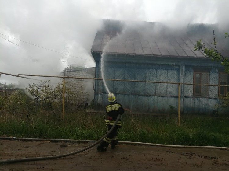 В 11 утра пожарные еще проливали крышу. Предоставлено МЧС России по Владимирской области.