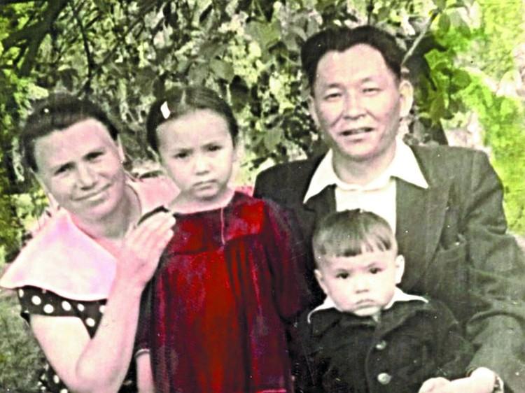 Семья Шойгу: мама Александра Яковлевна, отец Кужугет Сереевич, старшая сестра Лариса и Сергей. Фото из семейного архива