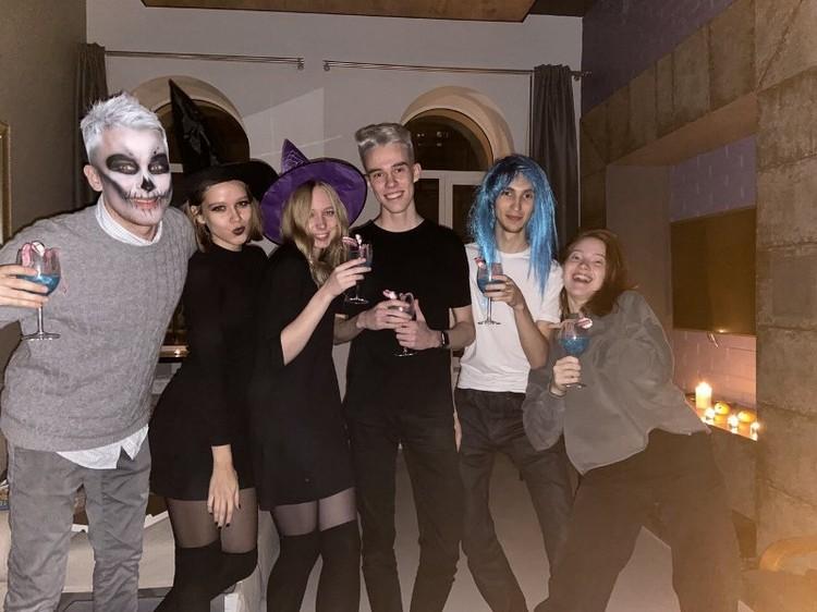 Сева с друзьями в квартире в Санкт-Петербурге празднуют Хэллоуин
