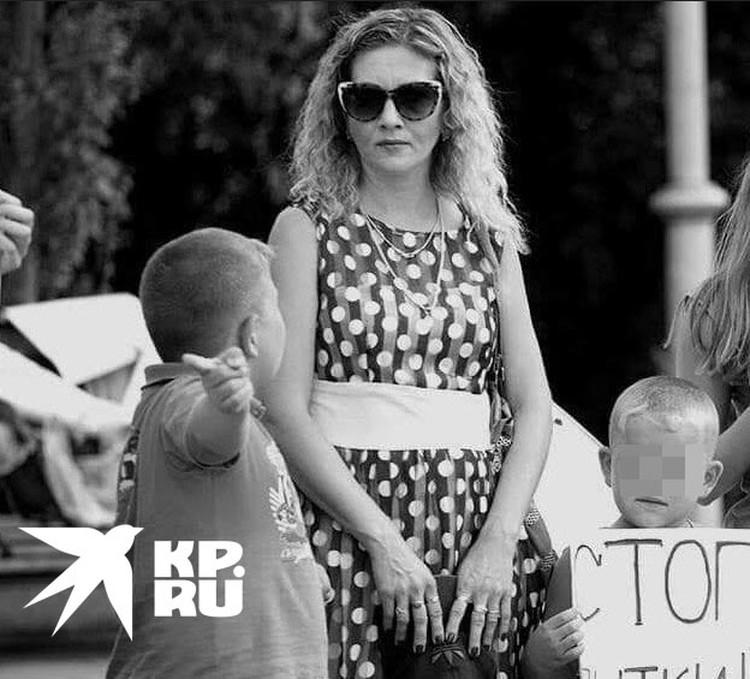 Марина Рузаева с детьми на митинге против пыток.