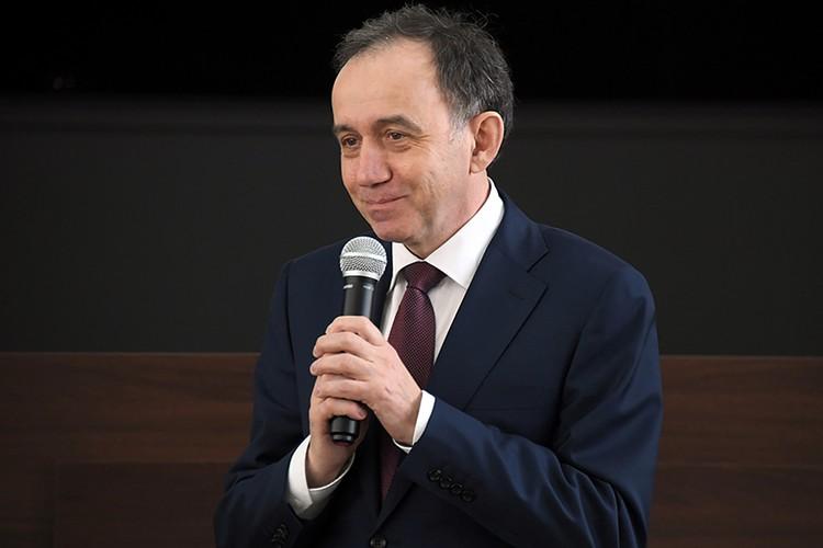 Игорь Озар во время представления коллективу
