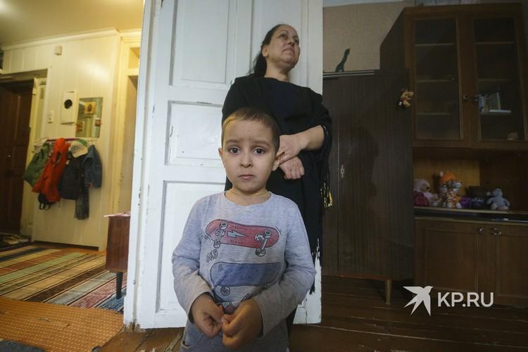 Четырехлетний Максим видел своего братика Егора только на фото.