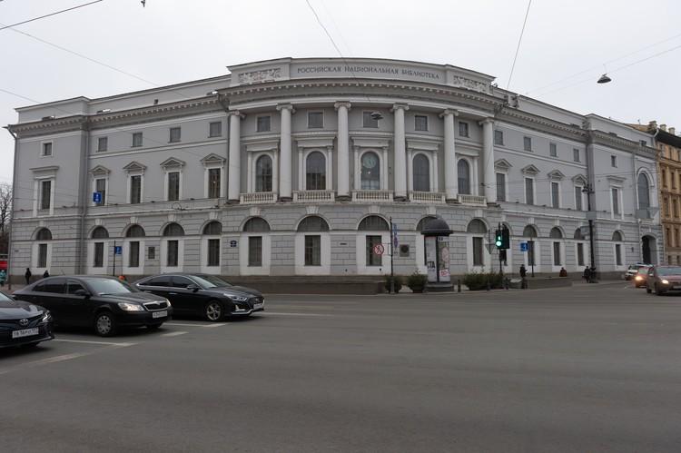 Строительство здания на Невском длилось около 15 лет.