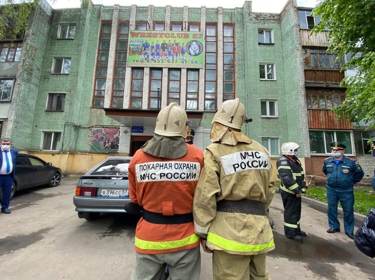 Опасные части здания демонтируют. Фото: предоставлено Сергеем ЛЕЖНЕВЫМ