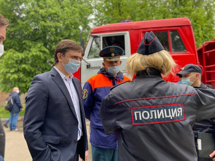 Экстренные службы и власти работают на месте ЧП. Фото: предоставлено Сергеем ЛЕЖНЕВЫМ