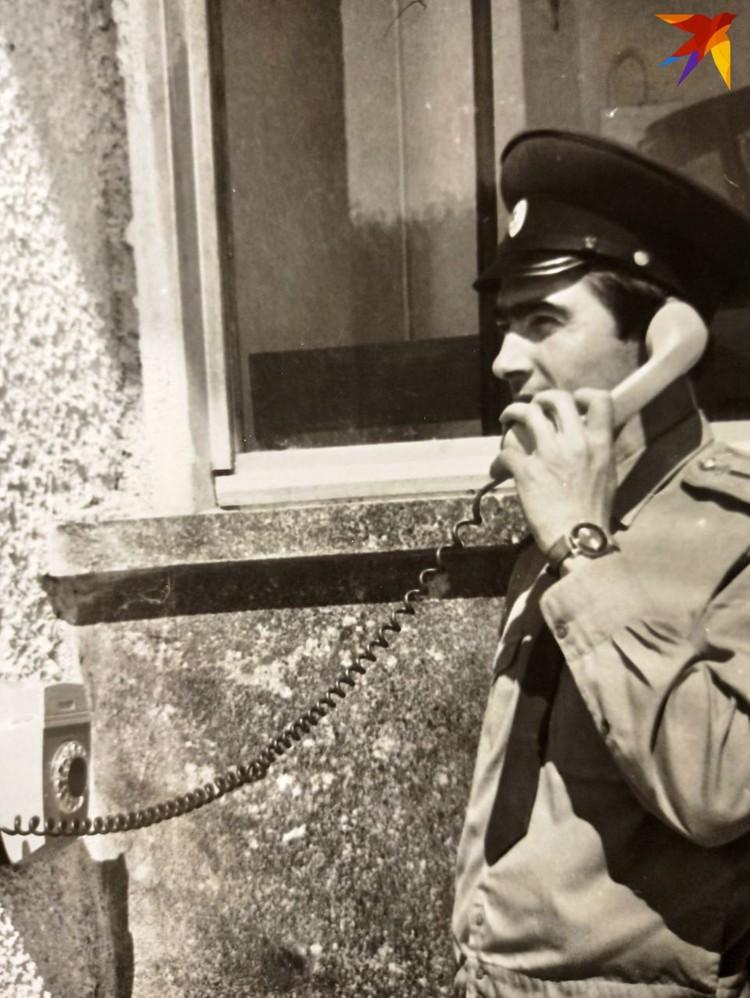 Анатолий Муриенко отдает приказ часовому пропустить оформленный автомобиль, 1973 год. Фото: из архива А.П. Муриенко для «КП»
