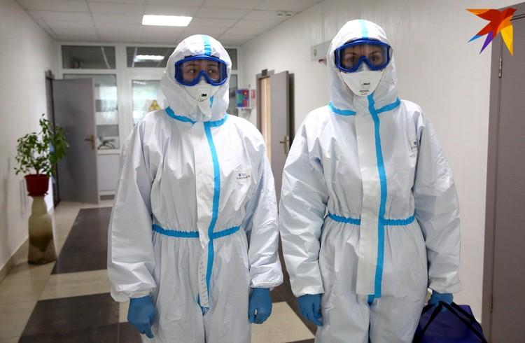 Взгляните на этих хрупких девушек из контактной группы. Это они целыми днями в душных защитных костюмах работают с пациентами.