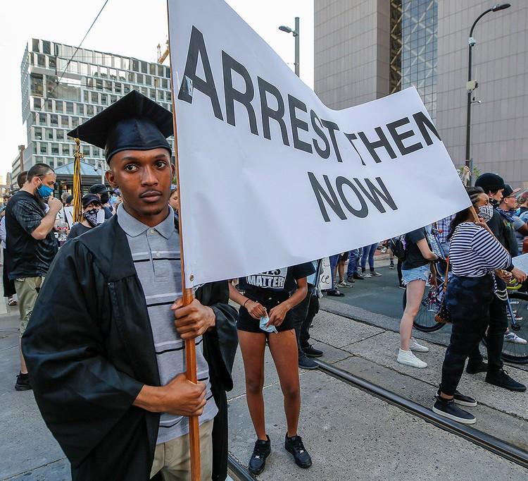 Менее агрессивные участники протестов требуют правосудия для полицейских, не участвуя в погромах.
