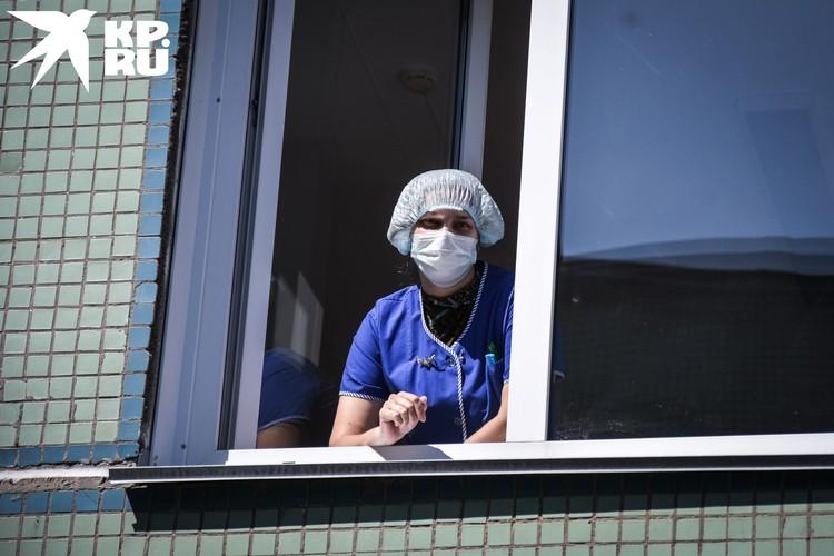 Врачи и медперсонал за пределами роддома соблюдают режим жесткой самоизоляции.