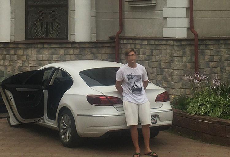 Есть вероятность, что молодой человек скрылся на синем Porsche.