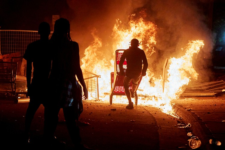 Убийство полицией афроамериканца вылилось в массовые беспорядки