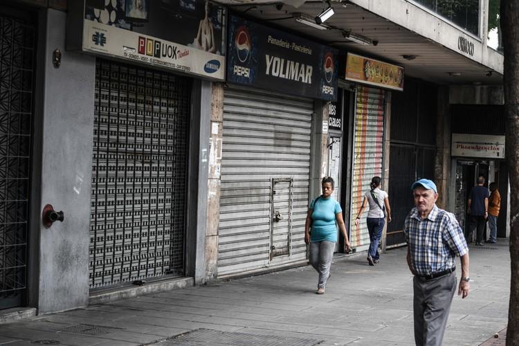 В среднем жизнь в Венесуэле сейчас стоит столько же сколько и в Москве, при том, что зарплаты в стране гораздо ниже.