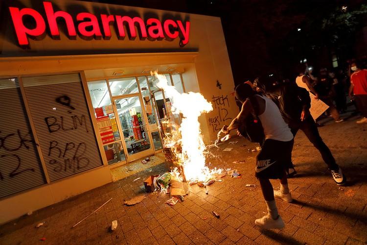 Протестующие пытаются поджечь аптеку, Миннеаполис, 31 мая 2020 г.