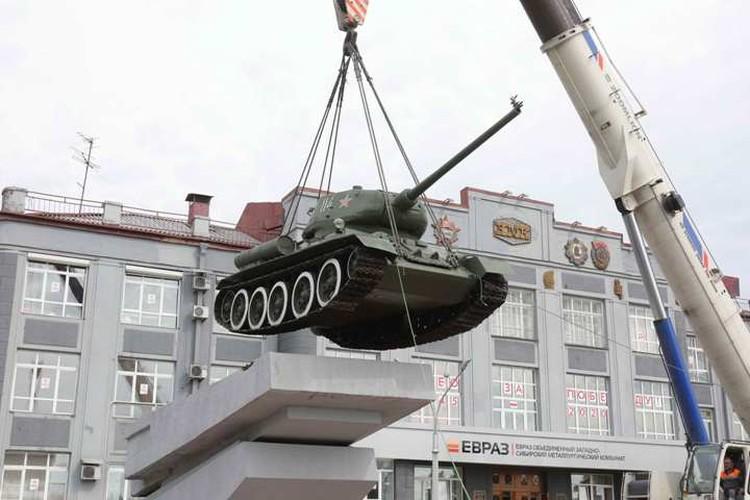 Впервые за 47 лет гусеницы танка оторвались от постамента. ФОТО: Денис Рассохин