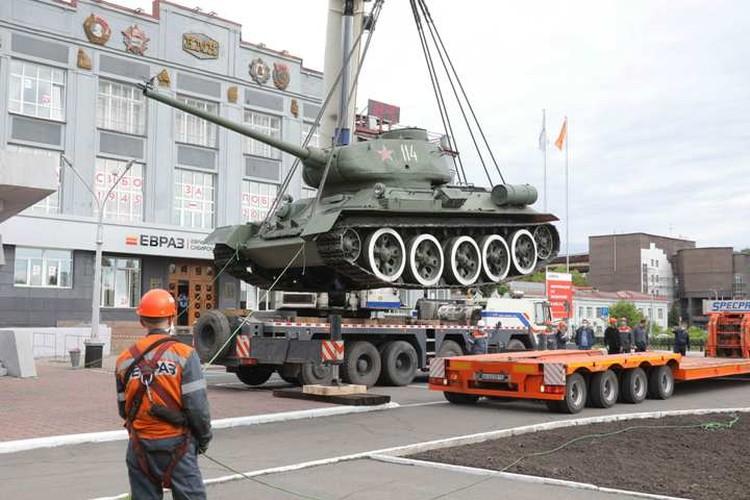 Танк погрузили на платформу трала. ФОТО: Денис Рассохин