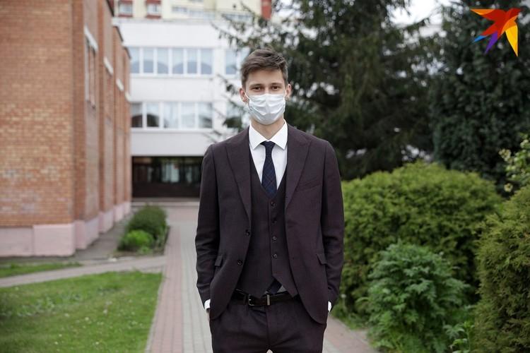 Иван на экзамен пришел в костюме, который покупался для выпускного. Торжественного вечера все равно не будет