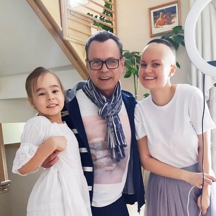 Виктор Левкин с дочками Викторией и Никой
