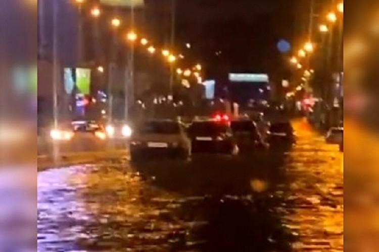 Авто просто утопали в воде. Фото: стоп-кадр.