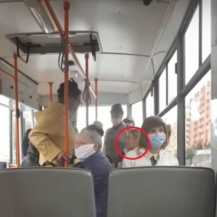 Пассажирка в маске устроила скандал в трамвае. Фото: стоп-кадр.