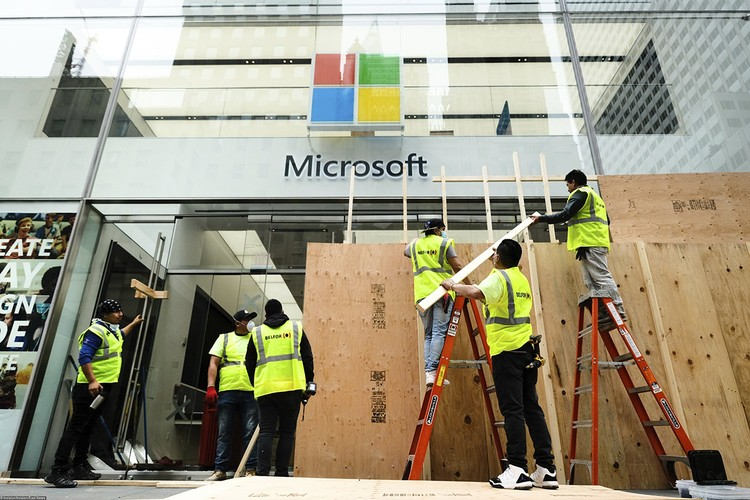 От ночных погромов пострадал и официальный магазин Microsoft, располагающийся на Пятой авеню в Нью-Йорке. На утро рабочие заколотили разбитые стекла фанерными листами.