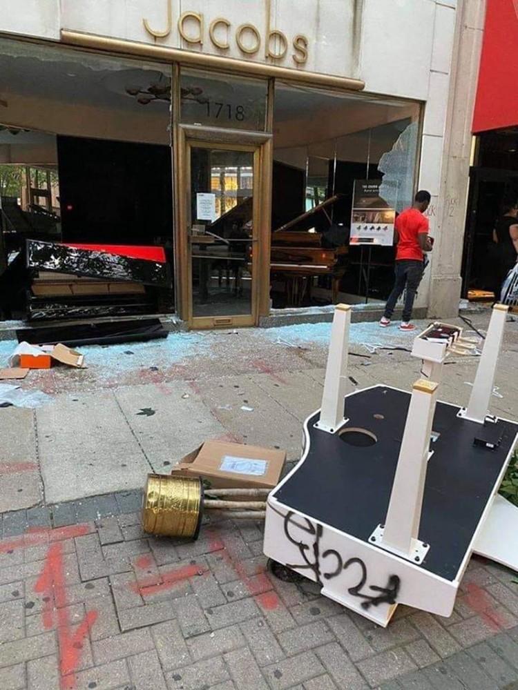На своем пути протестанты ничего не щадят - ни рестораны, ни галереи, ни выставочные павильоны. В том числе, музыкальные магазины. Кто-то не поленился и вытолкал рояль на улицу.