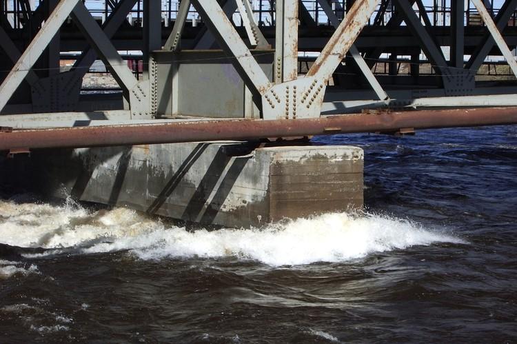 В 2005 году воджа поднималась выше, чем сейчас, но угрозы мосту не было. Фото: Из архива Сергея Кашина