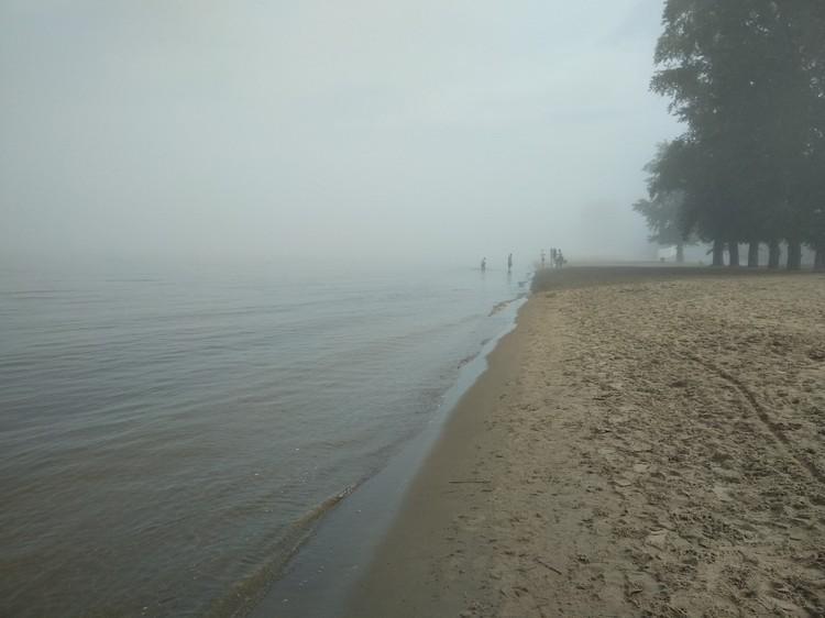На набережной люди бродят, как ежики в тумане