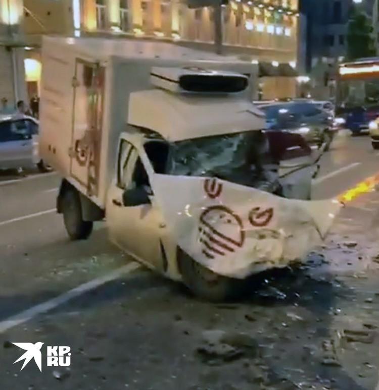 Внедорожник Ефремова вылетел на встречную полосу и протаранил белый фургон, водитель которого получил серьезные травмы.